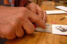Grabado de linóleo - cortando la placa