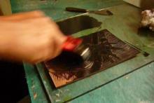 Taller de grabado con linóleo - Entintando la placa