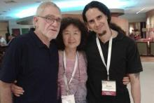 El Dr. Michel Reyes compartiendo un momento con los maestros Robert Kohlenberg y Mavis Tsai.