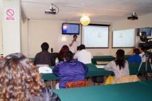 Dando clases en aula multimedia